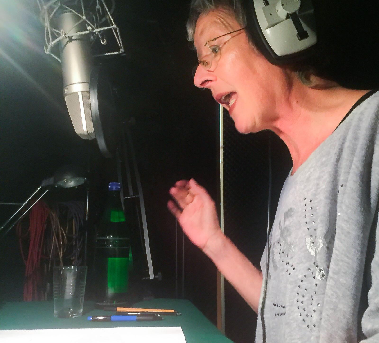 Foto: Bettina Koch während einer Sprachaufnahme