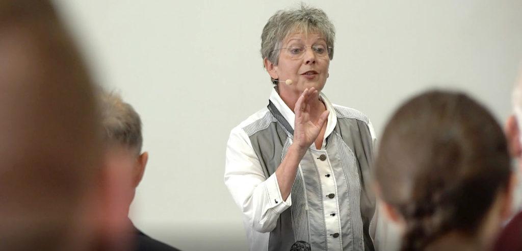 Foto: Bettina Koch leitet ein Seminar